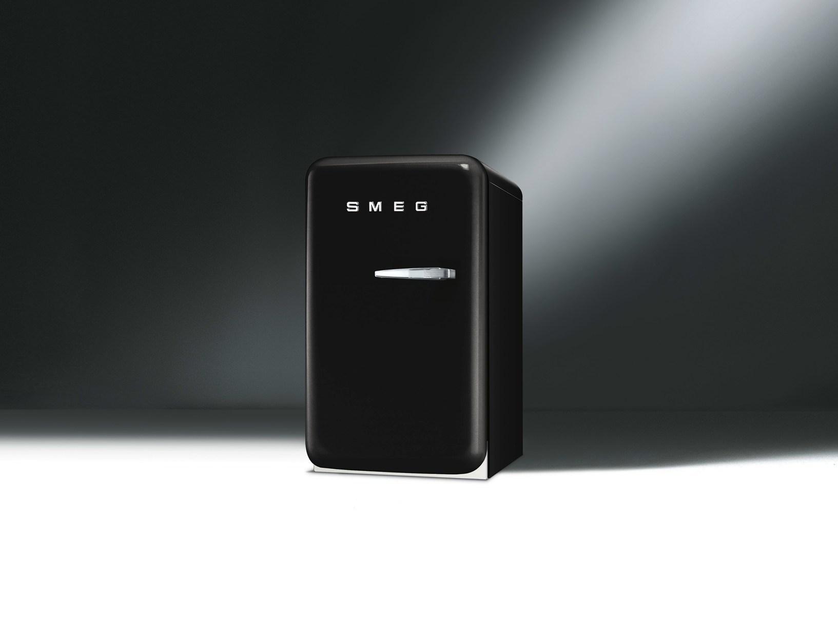 smeg presenta il nuovo mini frigo fab5. Black Bedroom Furniture Sets. Home Design Ideas