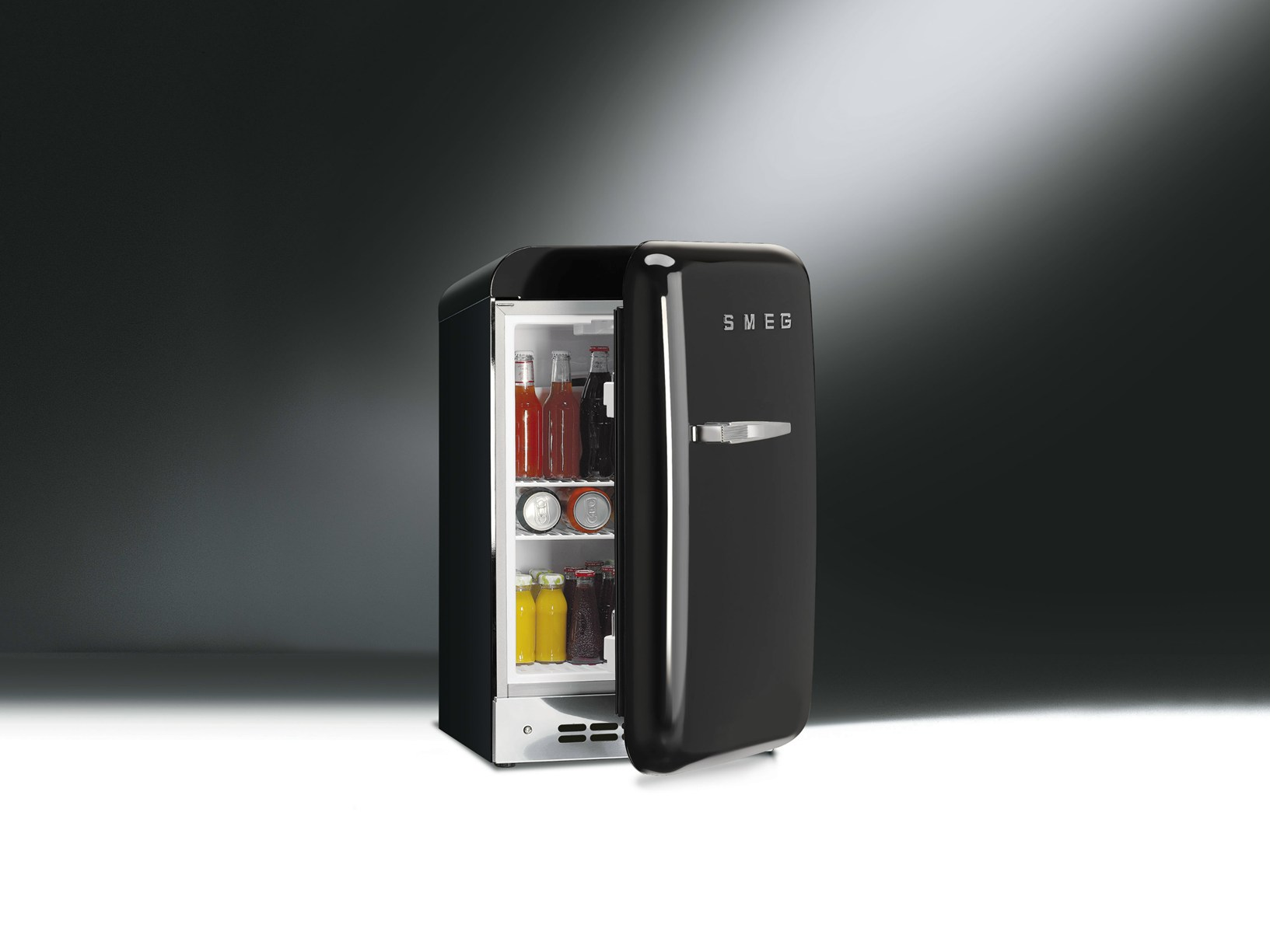 Smeg presenta il nuovo mini frigo fab5 for Mini frigo design
