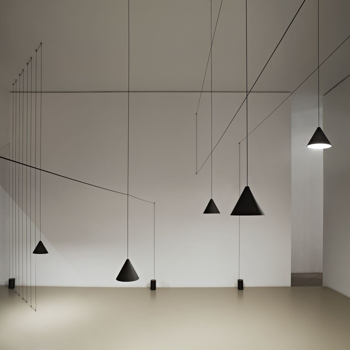 michael anastassiades firma l 39 installazione flos al fuorisalone. Black Bedroom Furniture Sets. Home Design Ideas