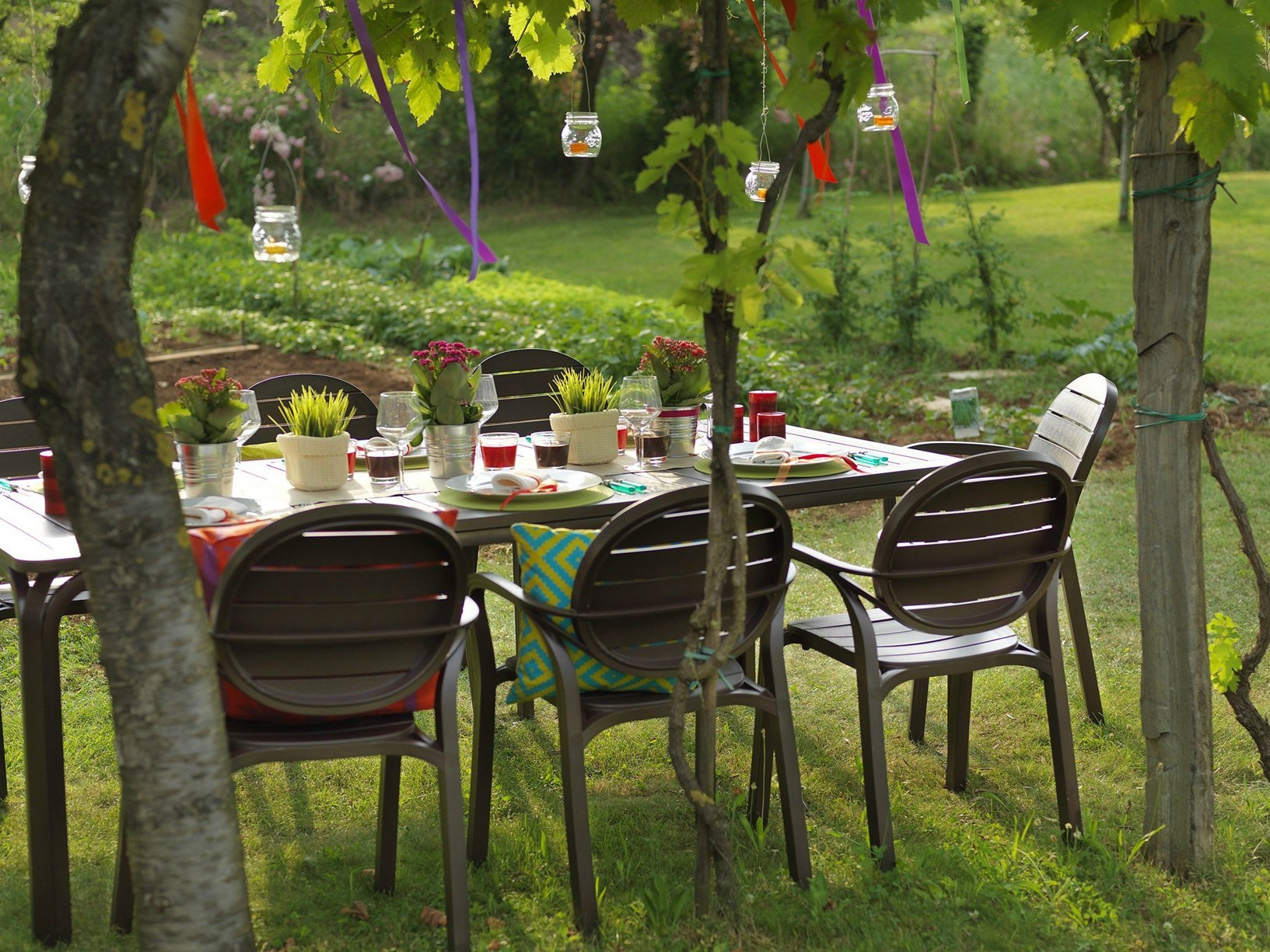 Garden set by nardi in contrasting fashion colors - interior.