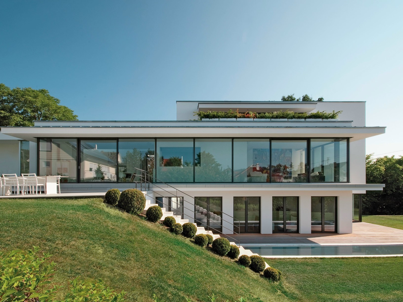 Villa mauthe un lungo lucernario definisce i volumi for Costruire un garage su un terreno in pendenza