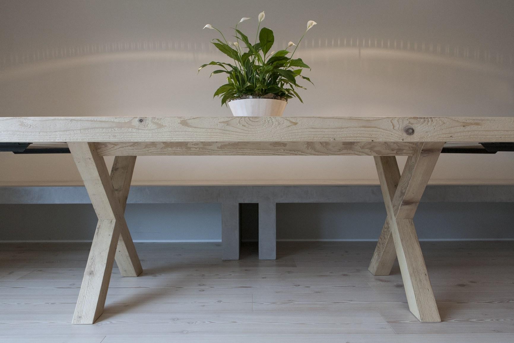 Legno di recupero tessuto grezzo superfici in cemento - Tavoli in legno grezzo ...
