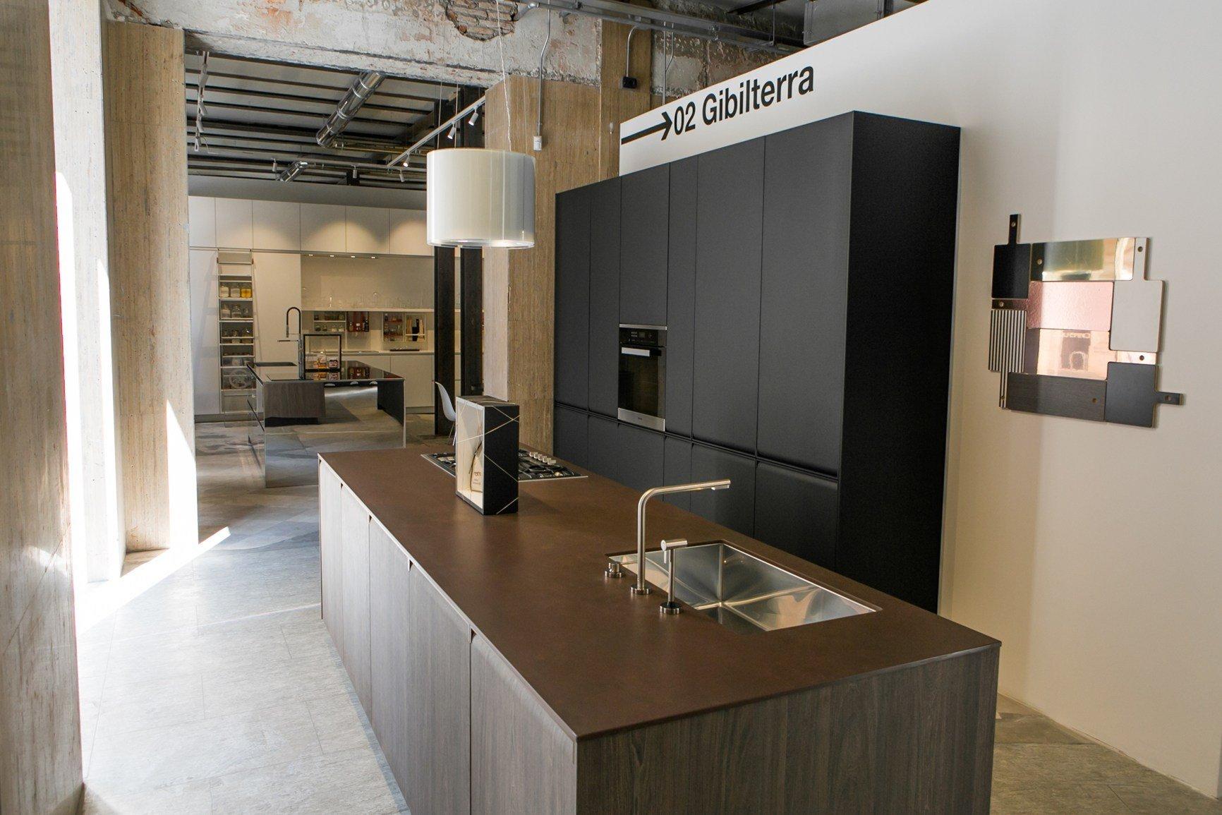 Un ambiente optical in bianco e nero accoglie le cucine del tongo - Del tongo cucina ...