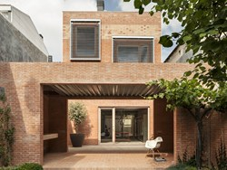 House 1014: due corpi divisi da un cortile by Harquitectes