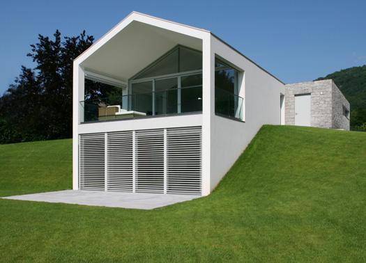 Due rettangoli sovrapposti per una casa a crevenna for Piccoli piani casa con portici