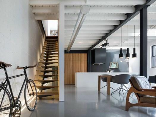 Atelier moderno trasforma un 39 ex officina in casa museo for Arredamento moderno di design industriale