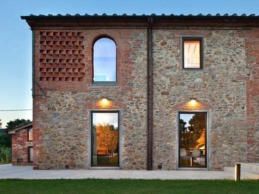 Nella campagna lucchese il casale restaurato da mide for Case progettate da architetti