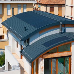 Innovativi sistemi di copertura in alluminio anche con for Piani di casa tetto moderno capannone